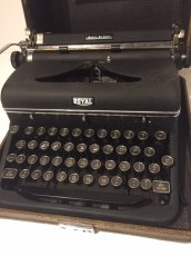 """画像2: """"ROYAL"""" Vintage Typewriter (2)"""